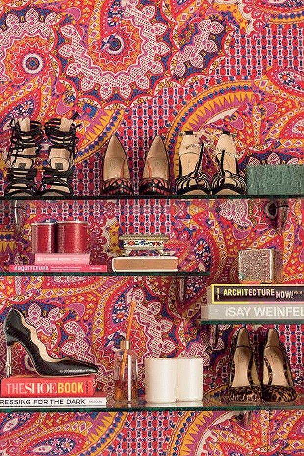 A decoração sempre precisa refletir a personalidade dos moradores. Neste quarto de uma mulher que trabalha com moda, usei sapatos como verdadeiras joias decorativas  (Foto: .)