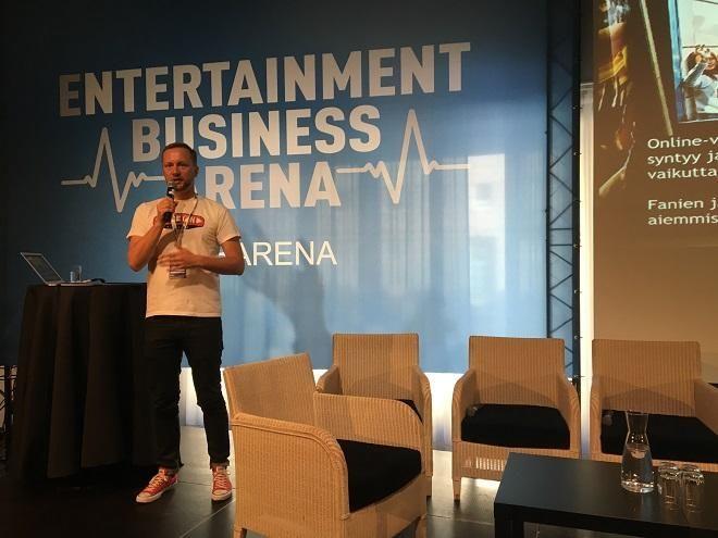 Yrittäjä, mediatuottaja ja aikuistubettaja Mikko Silvennoinen opasti videoiden tekemiseen ja tubettamiseen EBA-yritystapahtumassa.