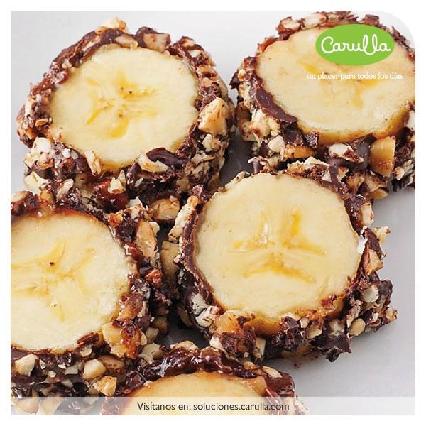 Láminas de banano cubiertas de nutella y nueces caramelizadas