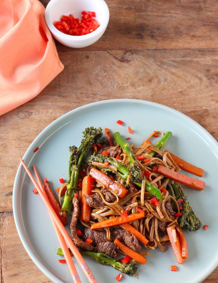 Een heerlijk Aziatisch recept waar je in 25 minuten mee klaar bent: roergebakken bief met bimi en noedels. En wat je nog meer kunt doen met bimi in de keuken vertel ik er ook gelijk bij.    http://www.francescakookt.nl/roergebakken-bief-bimi-en-noedels/