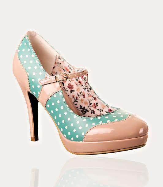 Retro lodičky Banned Mary Jane Mint/Nude Úžasné botky, které si zamilujete hned po prvním obutí a už je nebudete chtít sundat z nožky. Dokonalé retro lodičky v příjemné a decentní béžové barvě, kombinované s mentolovou barvou a bílým puntíkem, který se objevuje i na spodní části podešve. Boty mají kulatou špičku, podpatek vysoký cca 10 cm, platforma cca 2 cm, takže příjemné na nošení. Uvnitř podšité látkou s drobnými kytičkami. Materiál koženka, textil, syntetika.
