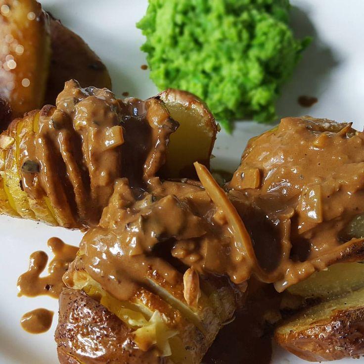 💚TZAY-filéer med hasselbackspotatis, ärtpuré/ärtmos och svampsås . . lyx fredag middag. Ärtpuré var en riktig hit (samma som vi la ut igår)! Ärtor, vitlök, citron.. Enkel men god smakkombination. Till det en kryddig @tzay_se filé, hasselbacks-potatis och en gräddig svamp-sås, mums! 😍 Recept finns längst upp på blogg (länk i bio) #veganskt #vegetariskt #vadveganeräter #vegan #vegansk