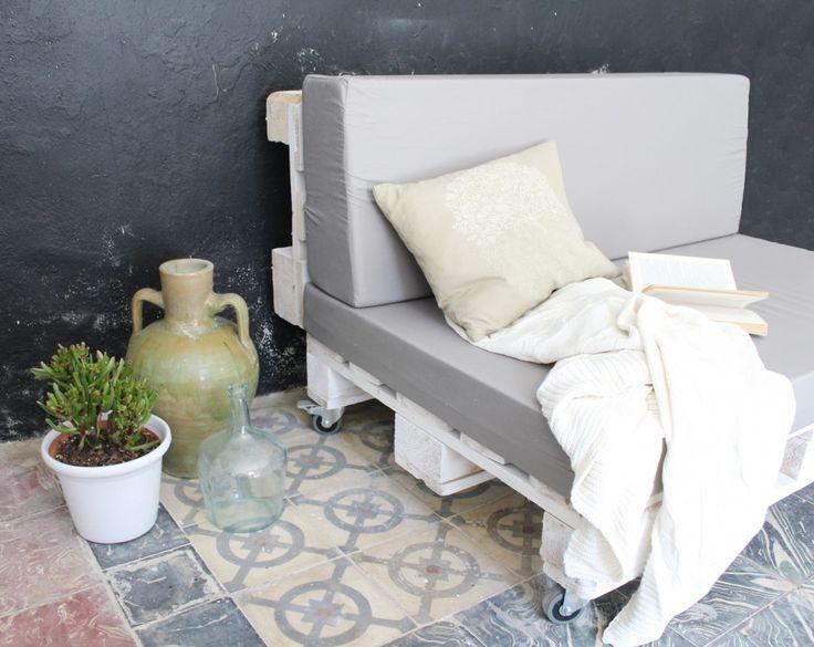 Sofárealizado conpalets europeos reciclados. Por sus dimensiones, se trata de un sofá para dos personas, cómodo y funcional ideal tanto para la terraza como para cualquier estancia de casa.  Tratamos la madera de los palets para que sea duradera y tengan un aspecto nuevo. Estos sofás pueden emplearse tanto en interior como en exterior,