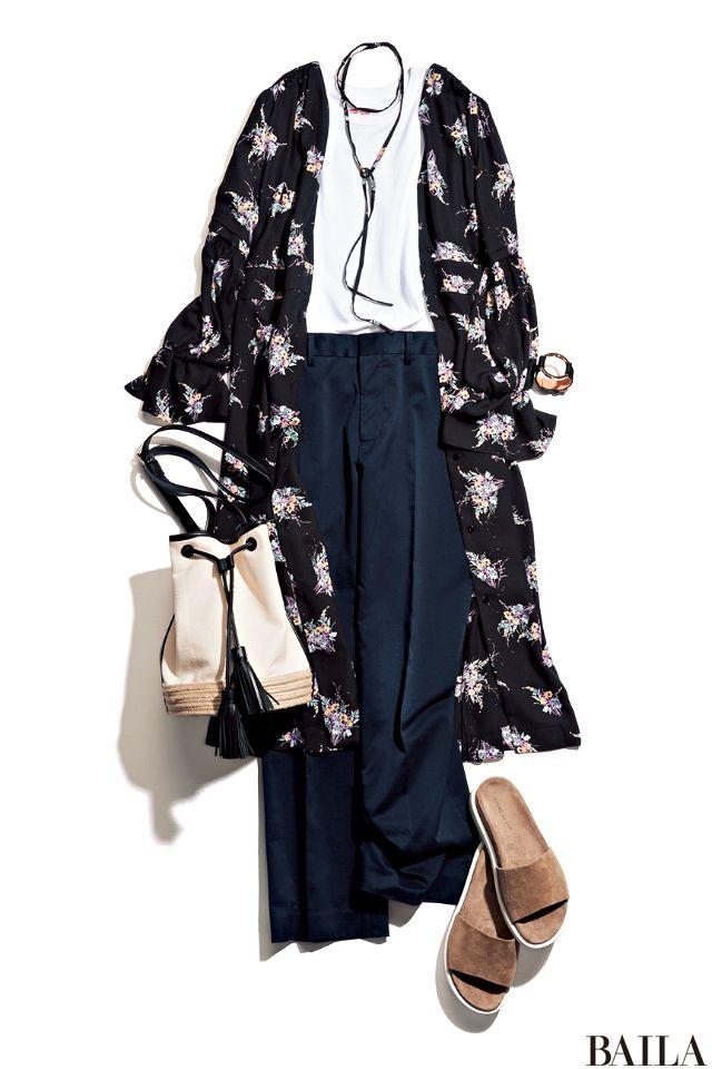 Tシャツ×きれいめパンツのすっきりコーデに、ガウン風ワンピースをさっと羽織って可愛げをプラス。ネイビーパンツの効果で、すっきりした着こなしに。ガウンのストリングは、チョーカー代わりに首もとに巻いて。サンダルやバッグは、少しエスニックな香りがするアースカラーアイテムを選ぶのが正解。・・・