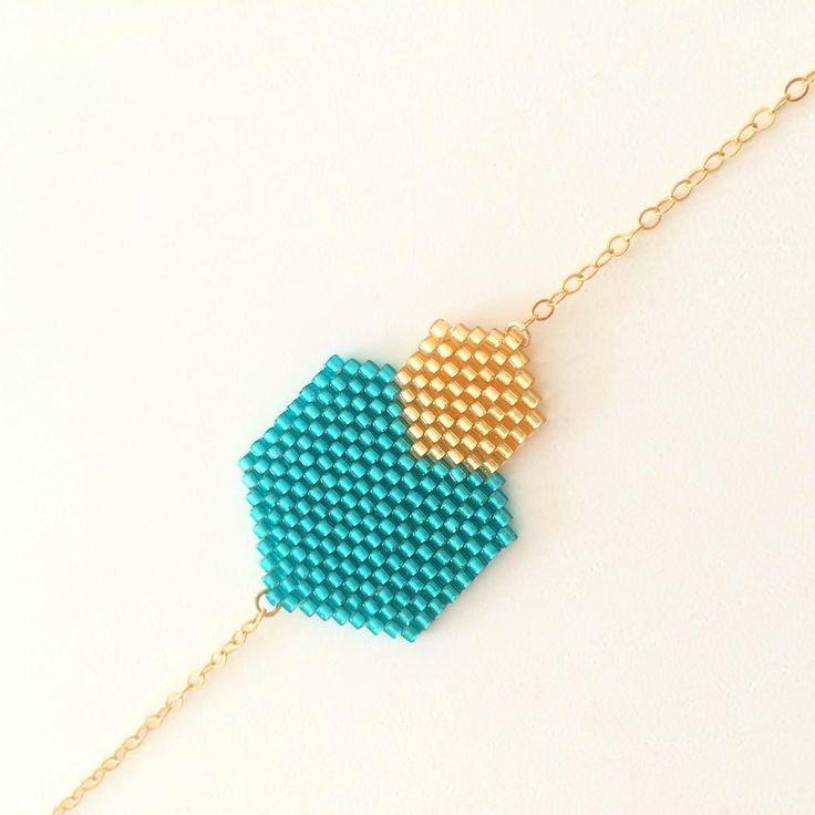 Voici l'une des nouveautés que vous pouvez retrouver sur la boutique ! Le bracelet CALLIOPE ici en turquoise et or. Un tissage géométrique agrémenté d'une fine chaîne et d'un fermoir aimanté dorés à l'or 14 carats (également disponible en argent 925). Les colliers et les boucles d'oreilles CALLIOPE seront en ligne dans la soirée! #laalycreations #appretsetcreations #miyukibeads #miyukiaddict #jenfiledesperlesetjassume #madeinfrance #montpellier #fabricationfrancaise #tissage #peyotestitch…