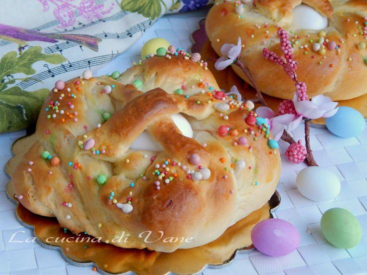 Brioche di Pasqua, soffice pan brioche al burro alla quale diamo la forma di ciambelle intrecciate con al centro l'uovo con la croce,decorato con zuccherini