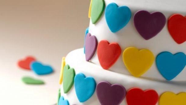 Η ζαχαρόπαστα τρελαίνει τα μικρά παιδιά κι είναι πεντανόστιμη στις τούρτες! Εμείς σας προτείνουμε να την φτιάξετε στο σπίτι χρησιμοποιώντας μόνο 3 υλικά!