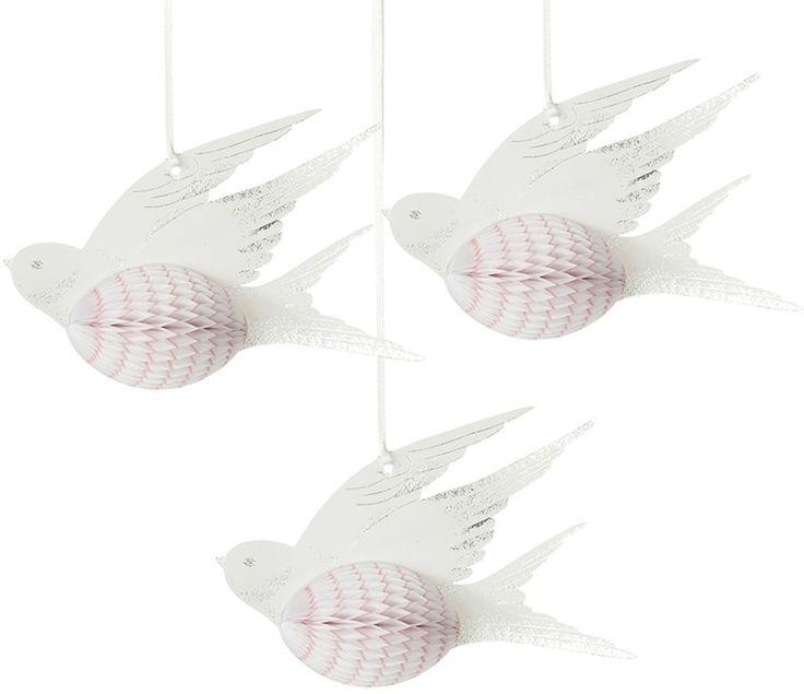 Talking Tables Honeycombs Fåglar 3-p, Vit är ett set med helt fantastiskt fina honeycombs i fågelformat med färgdetaljer i rosa och silver. Vackra pappersfåglar, perfekt för att skapa en livlig och vacker inredning till festen, dopet eller bröllopet. Dekorationerna kan med fördel även användas för att dekorera barnrummet eller andra delar av hemmet. Enbart fantasin sätter gränser. <br><br>Antal: 3-pack <br><br>Mått: 15 cm <br><br>Material: Papper <br>...