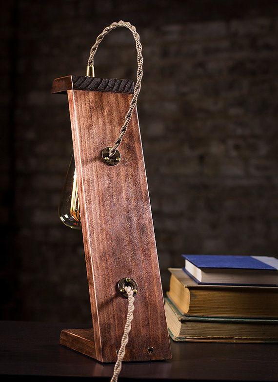 Regardez la vidéo de démonstration du produit (copier / coller) : https://vimeo.com/dancordero/wooden    En vedette, c'est une lampe de bureau en bois fabriqués à la main belle qui a été précisément coupée à l'angle parfait, teinté acajou rouge, protégé par une huile de tung et affligé d'une finition magnifique. Un laiton antique finition douille, doté d'un tour de paddle bouton est le point central de cette lampe ainsi qu'un accrocheur style vintage cordon tressé tis...