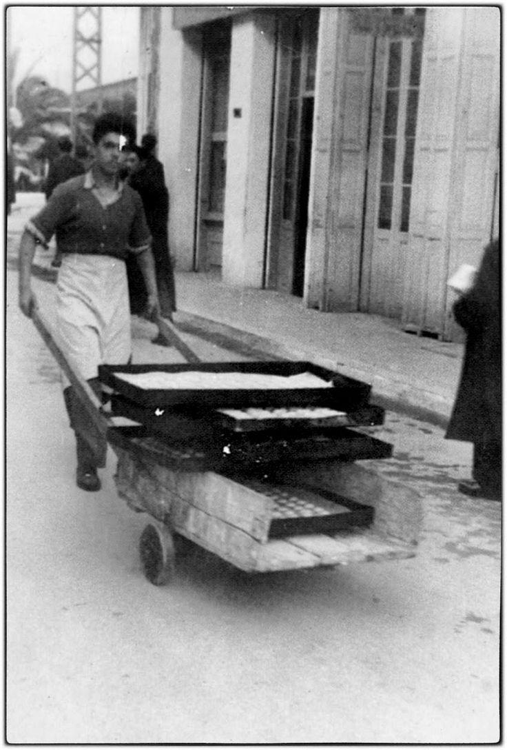 Μεταφορά ταψιού στον φούρνο (με χειράμαξο).