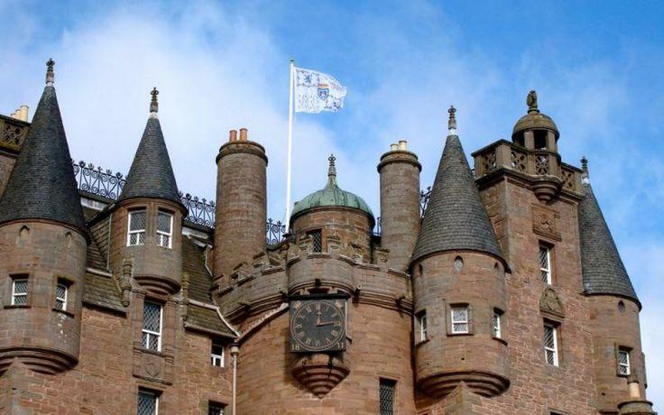 На протяжении многих столетий замок Глэмис в Шотландии достраивается и переделывается, а сегодня о первоначальном замысле архитекторов напоминает лишь центральная башня, сохранившаяся с XIV века. Все остальные корпусы и помещения отреставрированы либо полностью переделаны.
