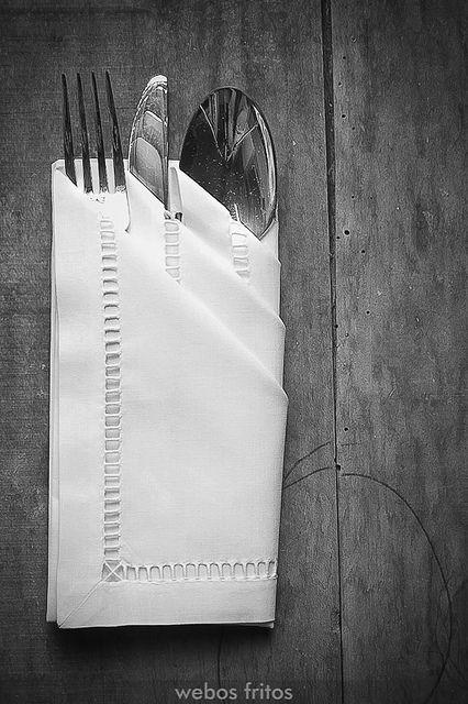 Cómo presentar los cubiertos con una servilleta by webos fritos, via Flickr