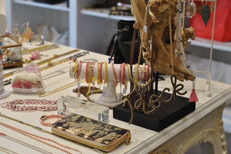 Merchandising @Box Bazar ! Bracelets colorés, colliers affirmés et pochettes glam'!