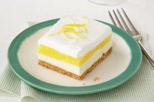 Carrés étagés crémeux --------------------Un dessert étagé sans cuisson fait d'une croûte de chapelure graham garnie de fromage à la crème, de pouding au citron et de garniture fouettée. Cette recette, dont tout le monde raffole, se réalise en seulement 15minutes. Facile, vous dites?