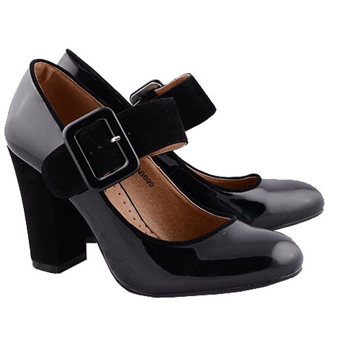 Pantofi de lac cu bareta, pantofi office din lac ce pot deveni cu usurinta vedetele toamnei 2012 pentru ca rezista cu brio rafalelor de ploaie si raman simpatici si la fel de frumosi si dupa acestea.    Poarta-i la rochite cu buline, topuri cu buline si jeansi sau pantaloni drepti. Cardiganul cu o curea lata nu trebuie sa lipseasca!    Material: Lac si Piele Eco