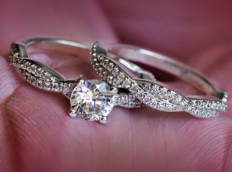 GORGEOUS!!!! This is just perfect. I would love to be able to wear my engagement ring and wedding band together :)