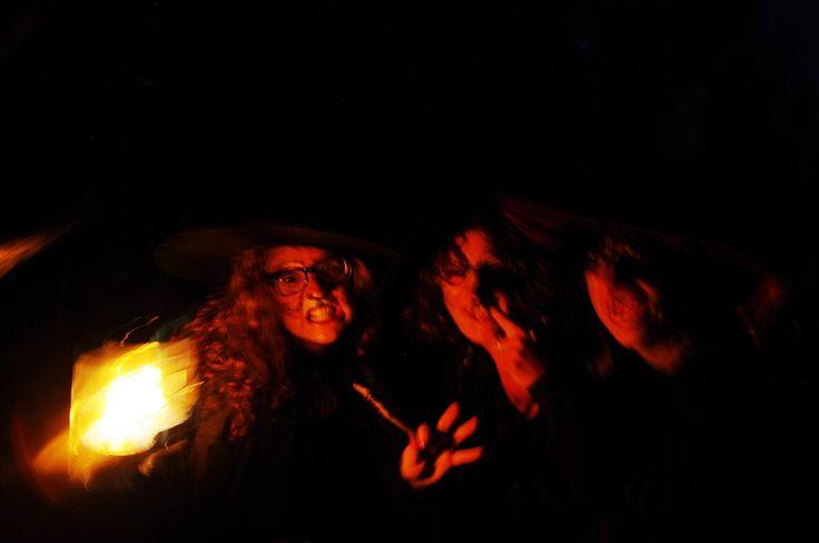 Heksen tijdens de mythische tocht over het zuidelijk deel van Schokland. De bezoekers worden vermaakt met muziek, heksenverhalen, een versnapering en fakkels en lichtjes. Dit is een activiteit tijdens Uit-jeTent Weekend