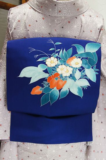 紺色に近い深い青に、楚々と咲く白い花も可憐な苺のモチーフが染め出された正絹塩瀬の名古屋帯です。