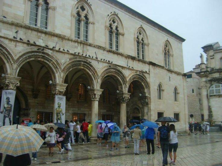 Sponza Palace, (Sponza Sarayı.Zil kulesinin batısında. Gotik tarzda inşa edilmiştir. 1667 depreminde zarar görmüştür. Tarihi arşivler buradadır... Daha fazla bigi ve fotoğraf için; http://www.geziyorum.net/dubrovnik/