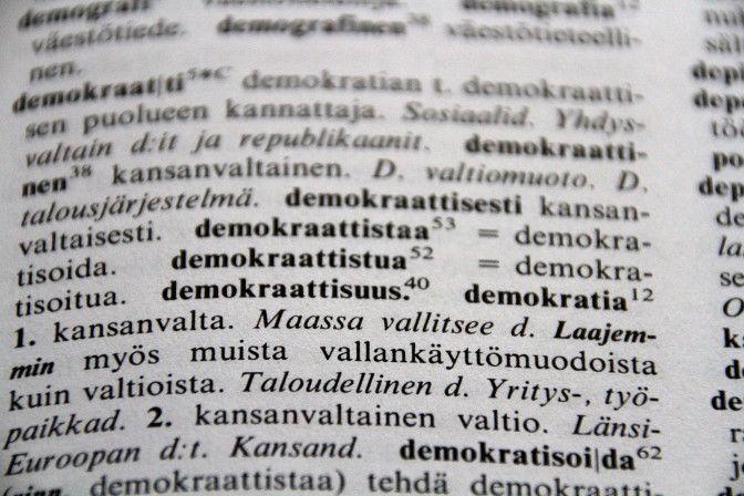 """""""Julkisyhteisönä kirkon hallinnossa on omaksuttu edustuksellinen demokratia. Edustettuina ovat toisaalta kaikki kirkon jäsenet, toisaalta hengellisen viran edustajat eli piispat ja papit, joilla on oma kiintiönsä kirkolliskokouksessa. Kirkolliskokouksen, hiippakuntavaltuustojenja paikallisseurakuntien hallintoelinten jäsenet ovat pääosin maallikoita. (Lähde: evl.fi, Aamenesta öylättiin.) Kuva: Anne Lepikko"""