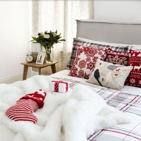 32 Adorable Christmas Bedroom Décor Ideas - http://www.interiordesignwiki.com/architecture/32-adorable-christmas-bedroom-decor-ideas/