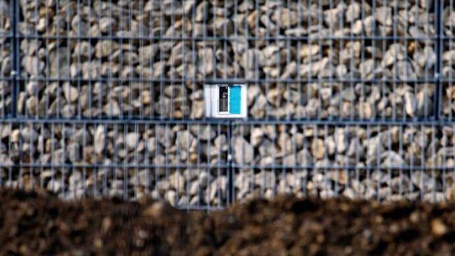 EN MUNICH LEVANTAN UN MURO MAS ALTO QUE EL DE BERLIN PARA SEPARARSE DE LOS REFUGIADOS   En Múnich levantan un muro más alto que el de Berlín para separarse de los refugiados Construyen un muro de cuatro metros de altura para evitar el ruido y contacto con los inmigrantes menores. En la ciudad alemana de Múnich se anunció la creación de un muro que separe el distrito residencial de Neuperlach del nuevo centro de refugiados que se encuentra a 100 metros de distancia informa el medio 'Spiegel'…