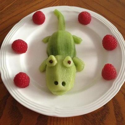 Comida divertida para niños. Sr. cocodrilo con kiwis y frambuesas. | https://lomejordelaweb.es/