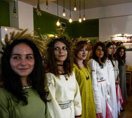 Descriere: Rochie dacică pentru femei, din in uşor pentru vară.Produs din in de diferite culori. Preţ:200 lei (+50 lei) personalizare rochie  Description: Summer dacian dress for wom...