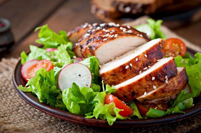 Salát s kuřecími prsy, rajčaty a ředkvičkou