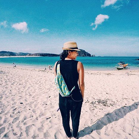 Holiday in Tanjung Aan Beach Lombok with Waist Bag Banana from @CubTravelers  In frame: @audreyjiwajenie, #bags #products #banana #beach #holiday #vacation #traveling #traveler #outdoor #vsco #vscocam #fruit #waistbags #slingbags #urbantraveling #lombok #cubtraveler