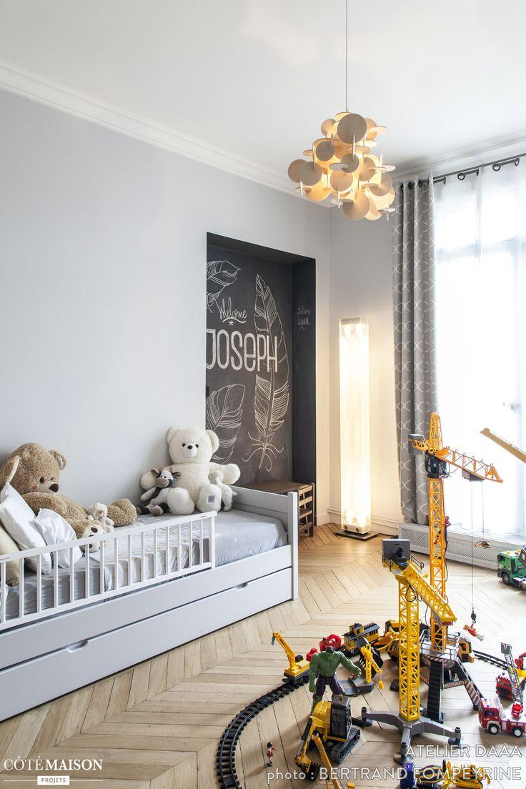 """Dans cette chambre d'enfant, une niche a été repeinte avec de la peinture """"ardoise"""" pour une déco ludique !"""