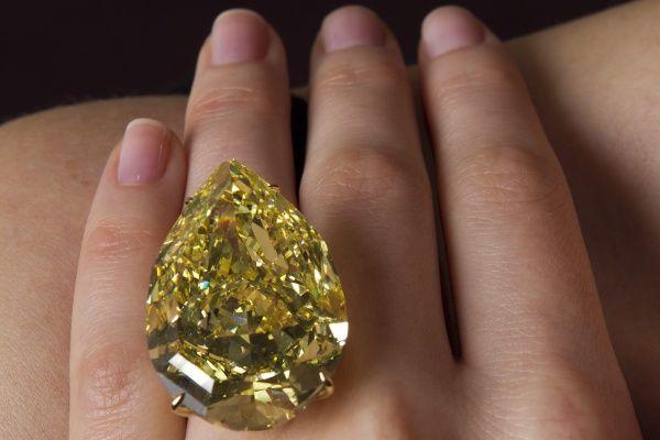 Za ponad 11 mln franków szwajcarskich (ponad 40 mln złotych) sprzedano na wtorkowej aukcji w Genewie żółty diament, zwany Sun-Drop - Ponad 110-karatowy żółty diament wielkości orzecha włoskiego ponad 110-karatowy żółty diament wielkości orzecha włoskiego. To rekordowa cena za jeden z największych diamentów na świecie - poinformował dom aukcyjny Sotheby's.