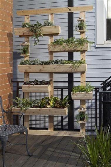 Aérien, ce support en palettes avec jardinières intégrées est LA bonne idée pour créer vous-même un jardin suspendu sur la terrasse. De différentes tailles et disposées de manière espacée, les jardinières en bois de palette contenant des plantes vertes amènent des touches de verdure sur la terrasse.