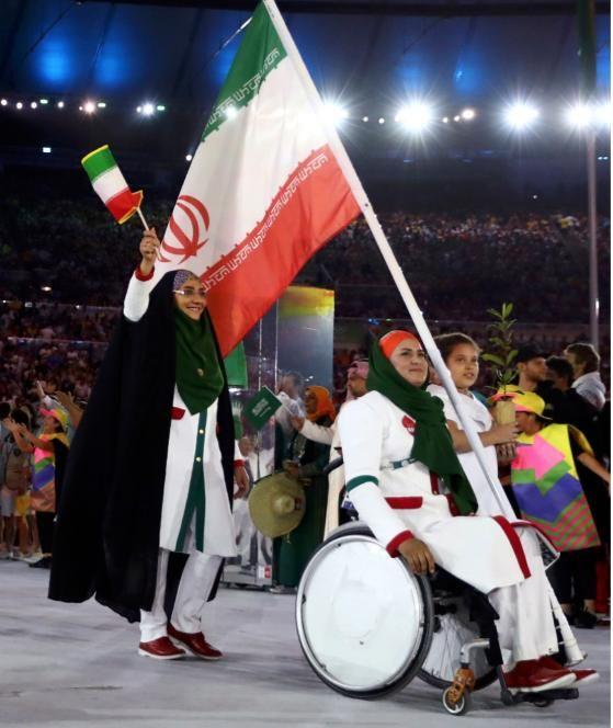 Die Iranerin Zahra Nemati (im Rollstuhl) trug die Flagge ihres Landes. Sie ist Bogenschützin