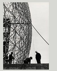 The U.S. geodesic dome under construction at #Expo67., November 1966- Chris Lund  Canadian, 1923 - 1983  B&W Negative Canadian Museum of Contemporary Photography (no. 66-13218) || Le dôme géodésique du pavillon des Étas-Unis en construction à l'Expo 67., Novembre 1966- Chris Lund  Canada, 1923 - 1983  négative noir et blanc Musée canadien de la photographie contemporaine (nº 66-13218) #photography #architecture #photographie