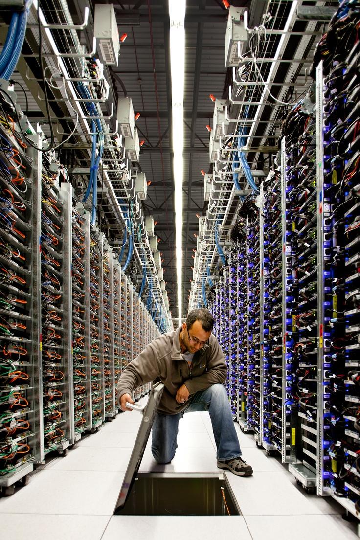 Oggi Google ha aperto una finestra sui propri Datacenter.     Le persone  Chi c'è dietro alla vasta rete mondiale che chiamiamo Internet? Scienziati missilistici? Certo. Ma anche maratoneti zombie, appassionati di giochi da tavolo e di auto d'epoca.