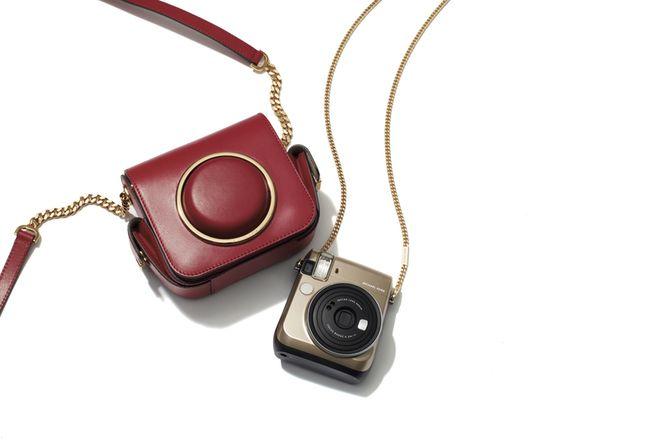 マイケル マイケルコースがカメラバッグに着想を得たバッグとインスタントカメラを発売