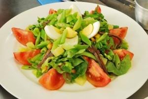 Ensalada Nicoise    Ingredientes:     1 huevo duro  1 tomate  1/2 pimenton  4 anchoas  4 hojas de lechuga grandes  1 papa cocida  Porotos verdes a gusto  Aceite  Vinagre (o jugo de limón)
