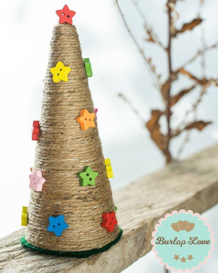 Dulce Navidad.. Arbolito de Navidad, hecho a mano con hilo de yute, un lindo detalle para regalar o tenerlo en el lugar que más te guste! #arboldenavidad #navidad2016 #yute #adornosnavideños #navidadrustica