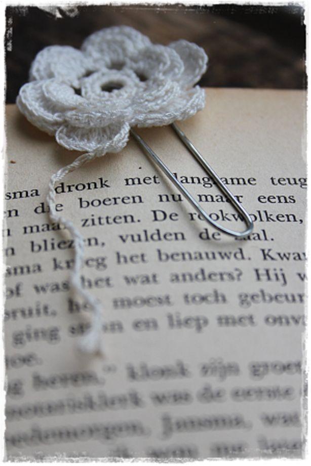 Bladwijzer / paperclip met fijn gehaakt bloemetje
