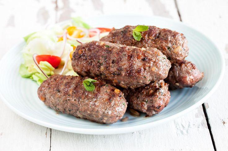 Heerlijk geurende Griekse kofta dat meestal met tzatziki en couscous gegeten wordt. Recept voor 4 personen, klaar in 20 minuten.