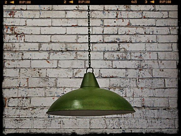 This is an outstanding retro pendant light this industrial style shade comes in a retro green and looks great in your home cafe or bar