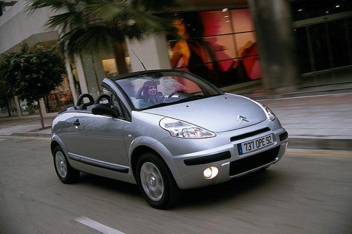 55. 2003 Citroën C3 Pluriel - Publicité - La Citroën C3 Pluriel est une variante de la C3 construite par Citroën. Tandis que la version ordinaire de la C3 est une petite voiture efficace, la Pluriel était un désastre. Le toit était amovible pour transformer le véhicule en cabriolet, mais aucun espace n'était prévu dans …