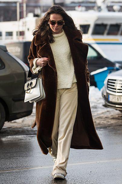Winterweiß. Auch diese Dame setzt auf zurückhaltende Töne, aber immer dabei: Teddy und J. W. Andersons Piercing Bag.