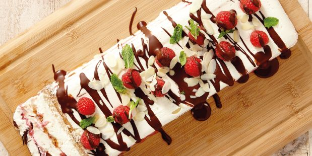 Frambozen-mascarpone trifle met amandelen, bitterkoekjes, pure chocolade en munt.