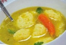 Vynikající domácí polévka s knedlíčky připravená za pár minut.