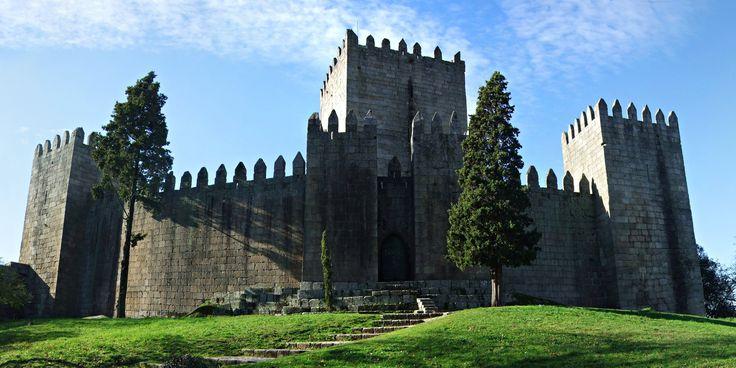 Aqui nasceu Portugal.  O castelo de Guimarães é um dos monumentos mais conhecidos de Portugal, carregando o simbolismo que lhe foi dado nos anos 40, de berço da nacionalidade