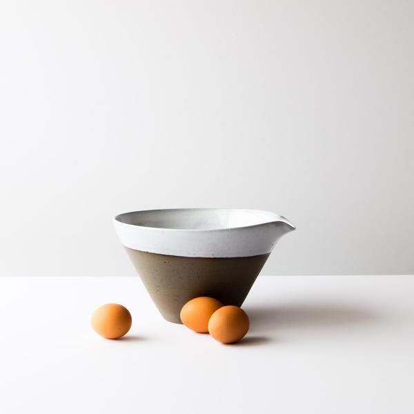 This mixing bowl is in grey ceramic, giving it a rustic style, while its shape is more contemporary. A balanced mix of style and design.