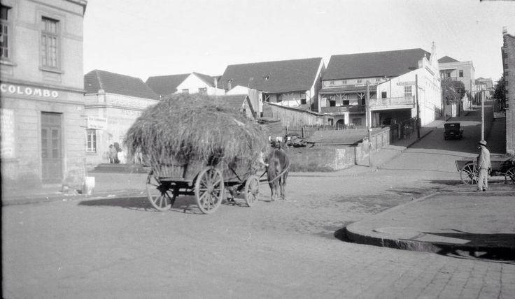 Ponta Grossa, carroça com feno na esquina calçada de paralelepípedos, anos 1930.
