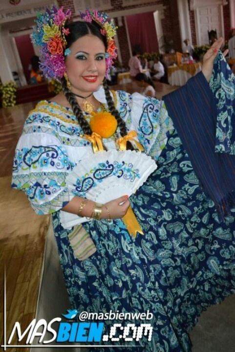 Montuna santeña con rebozo de hilo en el concurso nacional de la pollera